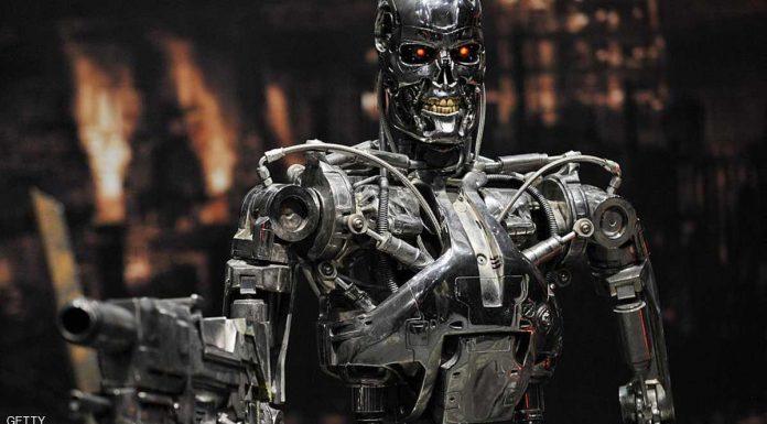 """وقع 116 خبيرا في التكنولوجيا من 26 دولة عريضة تدعو الأمم المتحدة لحظر تطوير الروبوتات القاتلة واستخدامها وفرض قيود على الأسلحة الذاتية، وذلك بسبب المخاطر التي تشكله على حياة الإنسان في المستقبل. ومن بين موقعي العريضة، إيلون ماسك، وهو الرئيس التنفيذي لشركة تيسلا لصناعة السيارات الكهربائية وشركة سبيس إكس للصواريخ، ومصطفى سليمان أحد مؤسسي برمجية الذكاء الصناعي """"غوغل ديب مايند"""". وأبدى الخبراء مخاوفهم الشديدة من اندلاع حروب تعتمد كليا على الذكاء الصناعي والروبوتات القاتلة. ومن بين ما جاء في العريضة """"أنه بمجرد تطوير الأسلحة الذاتية القاتلة ستفتح الباب نحو نزاعات مسلحة على نطاق أوسع من أي وقت مضى، وعلى فترات زمنية أسرع مما يتخيل البعض"""". كما حذرت من أن يتم استغلال تلك الأسلحة لترويع سكان العالم، فضلا عن تنامي جهود الاستيلاء على تلك الأسلحة بطرق غير شرعية لتنفيذ مهام معينة."""